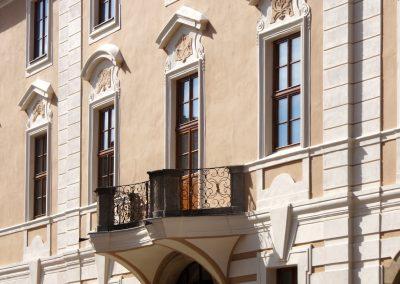 Balkon s mřížovaným tepaným zábradlím