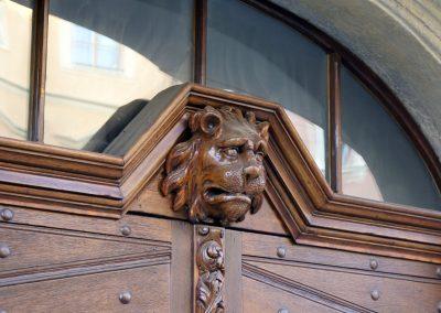 Vrata s reliéfem lví hlavy